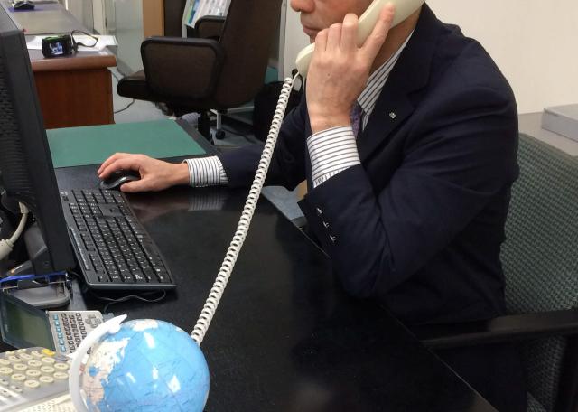 電話対応する職員